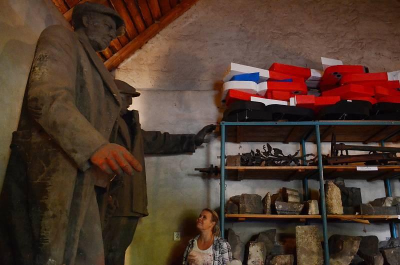 Mostecká socha Klementa Gottwalda, prvního komunistického prezidenta, je od roku 1990 v depozitáři Oblastního muzea v Mostě. Gottwald stojí vedle milicionáře, který stál u kina Zahražany a v roce 1990 byl také svržen a odvezen do muzea. Během sametové rev