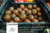 Čokoládová rajčata na trhu v Mostě.