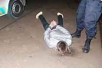 Muž napadl ženu už několikrát. Strážníci ho museli spoutat.