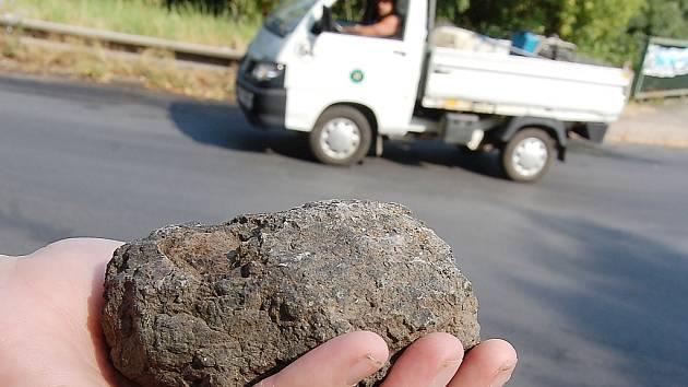 Vrhače kamenů si nakonec převzala jejich matka - ilustrační foto.