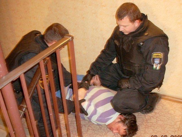 Strážníci zajišťují muže, který vyhrožoval své ženě zastřelením.