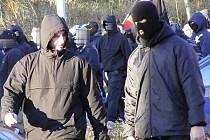 Bild vergrößern Policie žádá občany, kteří by poznali mladíka v kapuci a muže v kukle, aby zavolali na čísla:974 438 356 nebo 974 438 101 či na linku 158.
