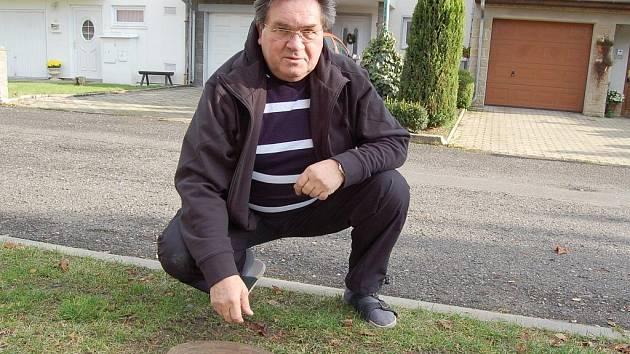Bild vergrößern ČEPIROHY. Jan Opatrný ukazuje jedno z míst, kde odborníci provedly sondy. Průzkum potvrdil obavy obyvatel, že za vzlínání vody může nedaleká výsypka a ucpání starého důlního tunelu.