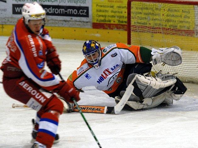 V hokejovém celku HC Most (bílooranžové dresy) vyplavaly na povrch nesrovnalosti v hospodaření klubu.
