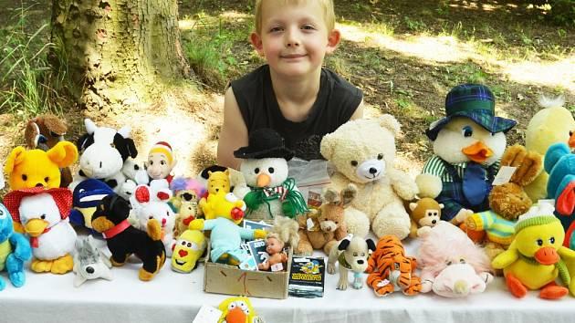 Ondra Faltus si vydělává na Lego při akci Kostel na kolečkách na zahradě Oblasního muzea v Mostě.