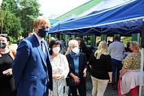 Mobilní očkovací tým v Janově navštívil i ministr zdravotnictví Adam Vojtěch (vlevo)