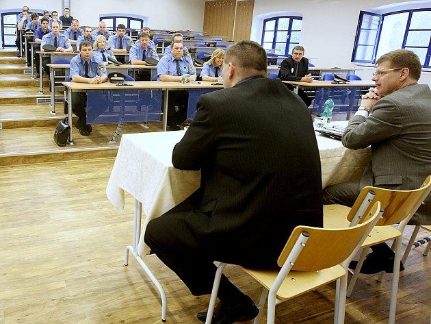 Strážníci při setkání s místostarostou Martinem Klikou a starostou Danielem Volákem (vpravo).