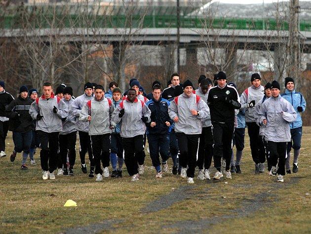 Mostečtí fotbalisté trénují u přesunutého kostela.