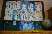Sněhuláci u přenosné volební schránky ve školy.