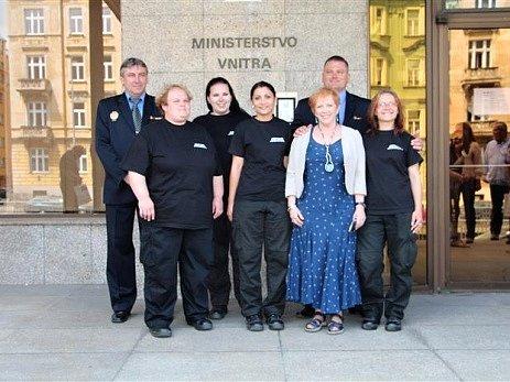 Čtveřice litvínovských asistentek prevence kriminality se svými šéfy.