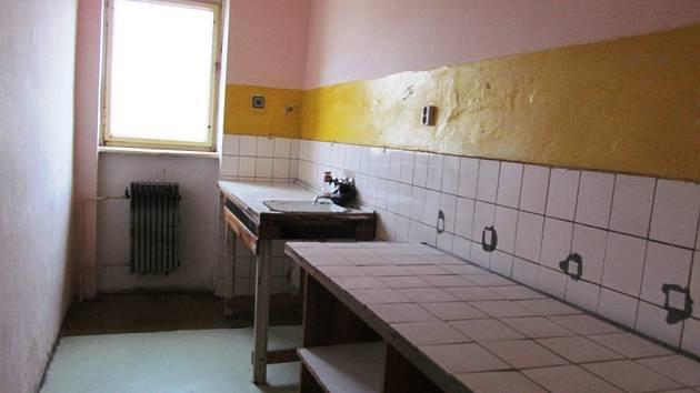 Kuchyňka ve čtvrtém patře, ve kterém už z důvodu bezpečnosti nikdo nebydlí.