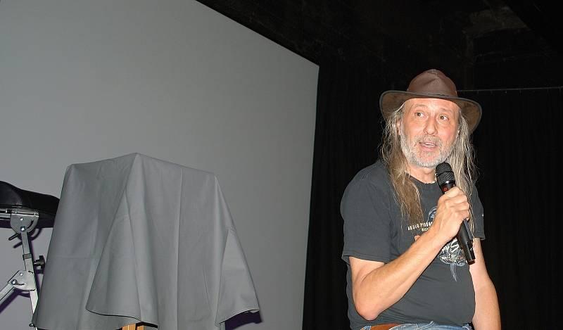 Z bývalého kina Mír v suterénu mostecké knihovny vznikl multifunkční kulturní sál Studio3 provozovaný nahrávacím studiem Ponte Records založeným Mírou Kuželkou (na snémku).