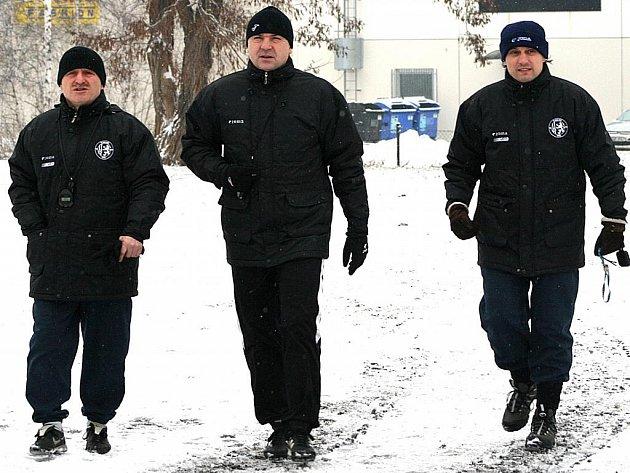 Trio mostecký trenérů zleva – Jan Štefko, Stanislav Hofmann a Martin Pulpit, jdou na první trénink Baníku Most.