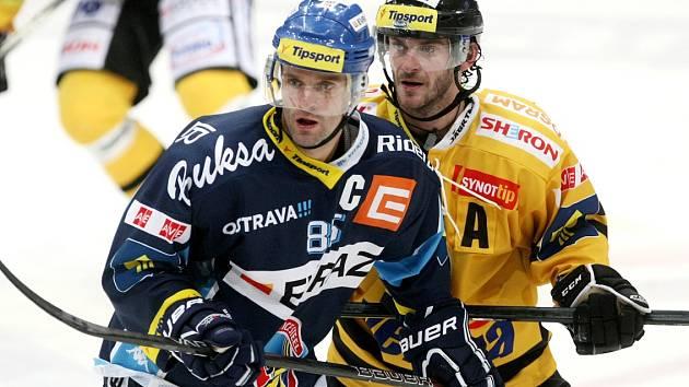 Viktor Hübl (vpravo) na ledě Vítkovic.