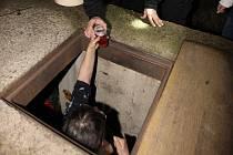 Žena bydlící v podzemí dostává teplý od litvínovského strážníka.