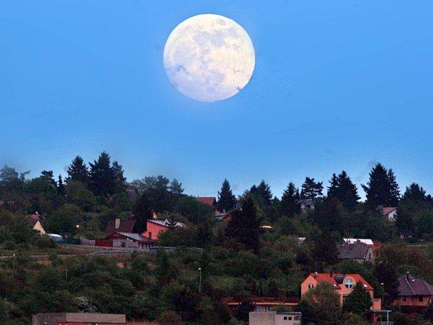 Superměsíc nad obzorem v květnu 2012.