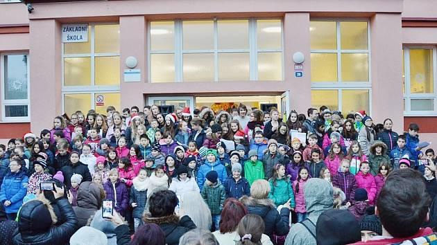 Vánoční jarmark mostecké 8. ZŠ, která letos začne zlepšovat výuku s pomocí nadace manželů Kellnerových.
