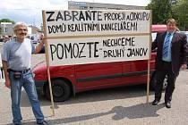 Josef Karas se starostou Obrnic Stanislavem Zaspalem drží protestní plakát. Lidé nechtějí z Obrnic druhý Janov.
