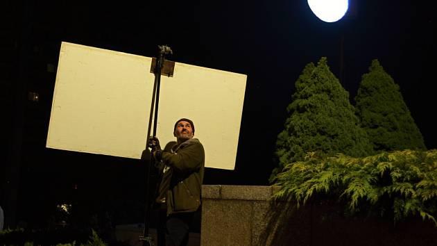 Filmový štáb vytváří u mosteckého divadla noční kulisy pro nový český film.