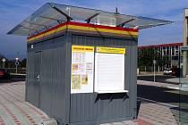 Novinka u nádraží v Mostě, stánek MHD pro cestující k vyřízení jízdného a dalších náležitostí.