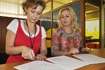 Pracovnice mosteckého magistrátu u petice v recepci úřadu.