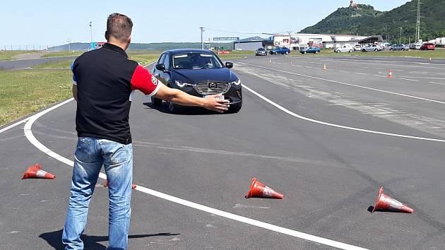 Senioři absolvovali na autodromu v Mostě kurzy bezpečné jízdy