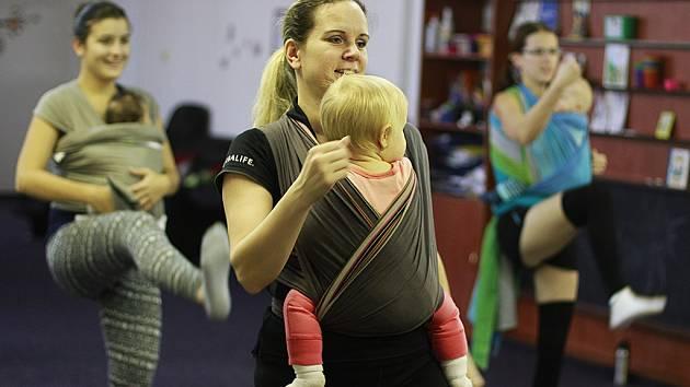 Maminky chodí cvičit i se svými malými dětmi.
