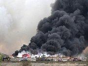Mohutný dým při požáru skládky v Kopistech.