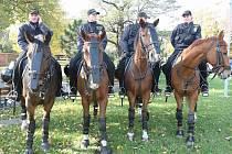 Policisté čekají na litvínovském náměstí na příchod radikálů a ostatních protestujících.