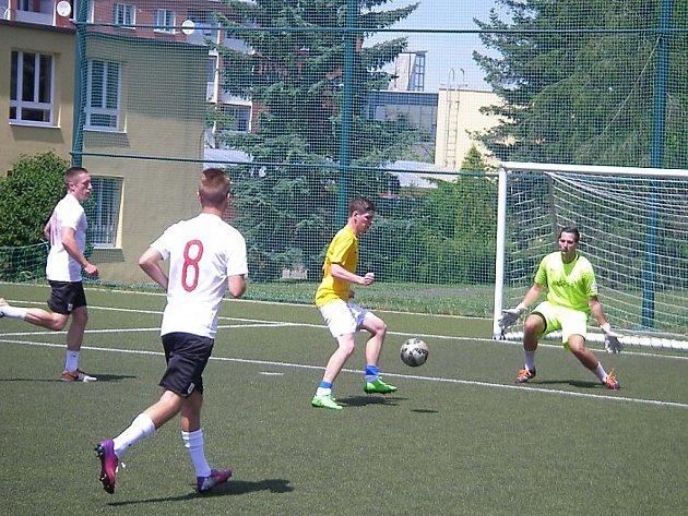 V Mostecké lize malé kopané bylo na programu jedenácté kolo.