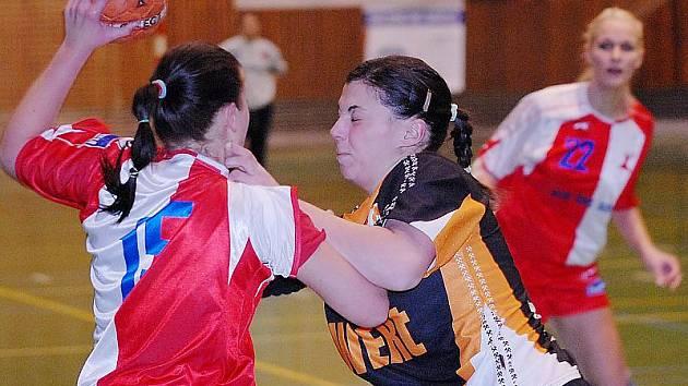 Mostecká Dana Mrkvičková (vpravo) brání jednu z pronikajících hráček Slavie. Mostečanky před svými příznivci potvrdily domácí neporazitelnost.