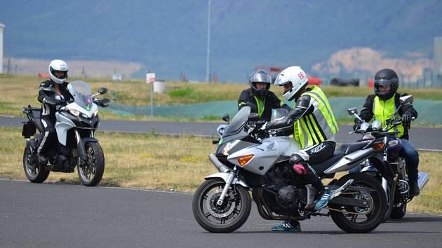 Motorkáři na polygonu v Mostě.