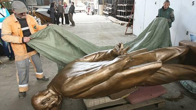 Zakrývání sochy T. G. M. ve skladu ve Velebudicích.