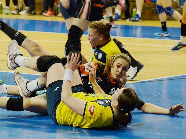 Michaela Janoušková (uprostřed) v posledním zápase s Porubou.