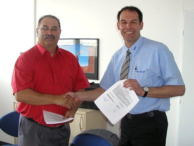 Podepsáno. PODEPSÁNO. Ředitel školy Jiří Škrábal  s ředitelem ROS GmbH Steffenem Tetzlaffem po podpisu smlouvy.