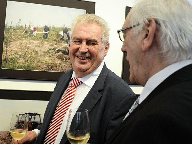 Miloš Zeman a Stanislav Štýs hovoří o proměně Mostecka na výstavě na Hradčanech.