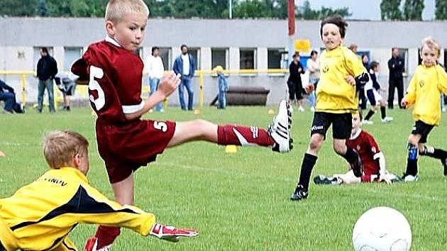 Fotbalisté FŠ Litvínov (žluté dresy) bojují proti mladým borcům pražské Sparty.