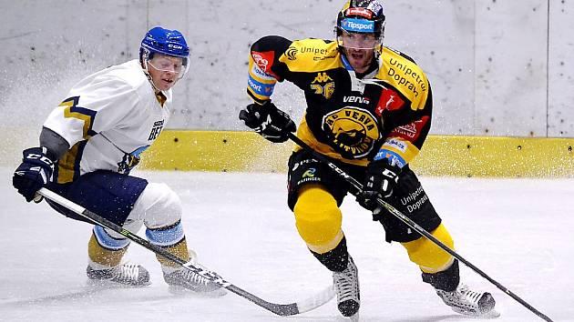 Viktor Hübl (vpravo) ve druhém přípravném zápase s Kladnem. Hrál se na stadionu v Mostě.