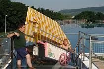 Zmrzlinový vozík v bazénu.