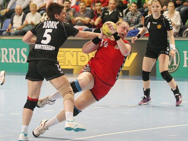 Petra Vítková (v červeném) v zápase proti Černé Hoře.