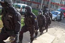 Tým strážníků v dubnu 2008 napochodoval do věžáku u uřádu práce, kde beranidlem otevřel nájemní byty, kde žili narkomané. Radikální kontroly povolil vlastník bytů.
