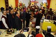 Vietnamci u fotbalového stadionu v Mostě otevřeli kulturní centrum Pagoda Most.