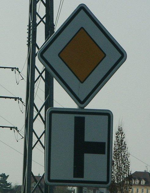 Na této značce v ulici Vtelenská není dodatkovou tabulkou znázorněno, jaká silnice je hlavní. Správně je hlavní silnice označena tučně a vedlejší slabě.