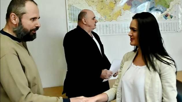 Předávání vysvědčení studující mládeži ve třídě v Polyfunkčním centru v Chánově.