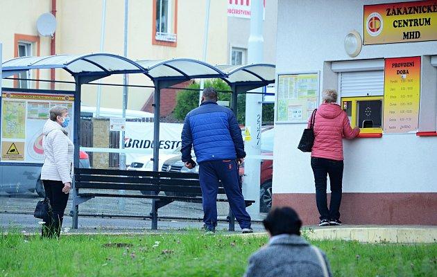 Lidé na Mostecku nosí roušky ivenku.
