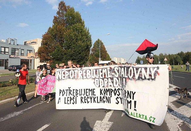 Demonstranti se s transparenty a pokřiky vydali na pochod městem