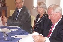 Prezident Průmyslové a obchodní komory Halle-Dessau Albrecht Hatton (vpravo) a předseda Okresní hospodářské komory Most Rudolf Jung (vlevo) při podpisu prodloužení partnerské smlouvy.