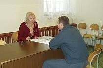 Odsouzený před propuštěním prbírá své problémy s mentorkou.