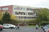 Mostecká radnice chce zbourat opuštěnou 17. ZŠ a nahradit ji parkovacím domem. Škola je zrušená od roku 2005 a areál se nepodařilo prodat ani pronajmout.
