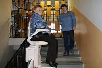 Stacionář pro neslyšící a nedoslýchavé pořídil novou schodišťovou sedačku pro své imobilní klienty.